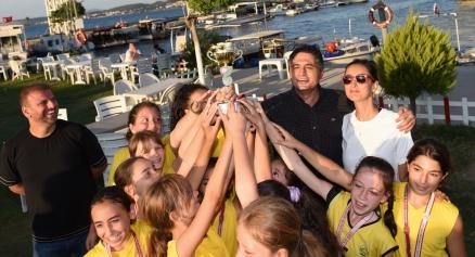 Minik Yıldızlar Kupa Sevincini Başkan Serkan Acar ile Paylaştı Galeri